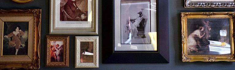 mur couvert de tableaux classiques