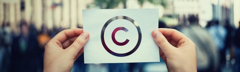 symbole copyright sur une feuille de papier