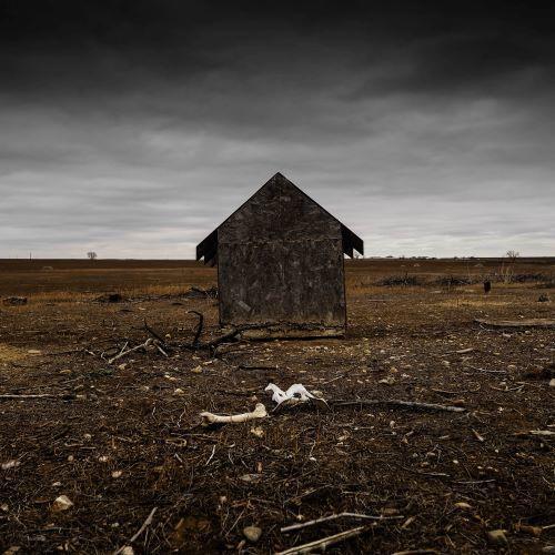 cabane décrépie au milieu du désert