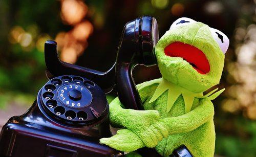 Kermit avec un vieux téléphone