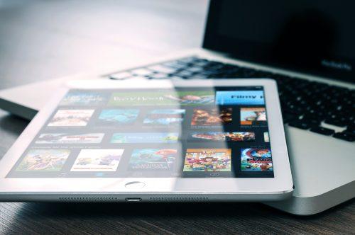 tablette posée sur un pc portable